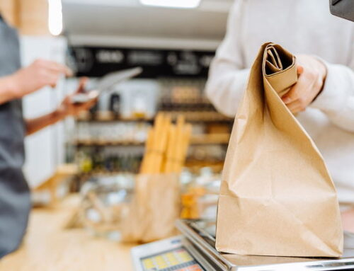 Clientes brasileiros preferem varejistas engajados socialmente e negócios locais